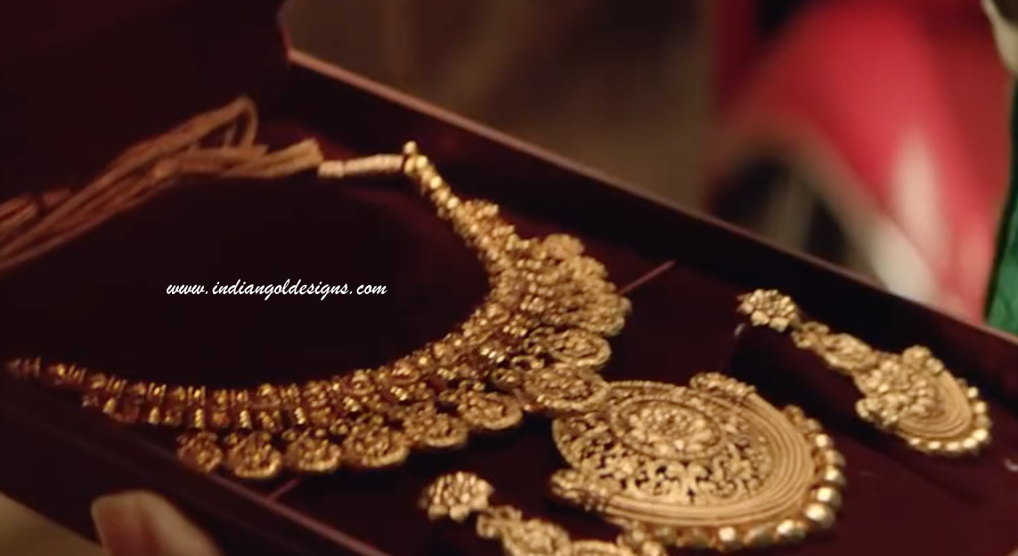 Gold and Diamond jewellery designs: Tanishq gold necklace set