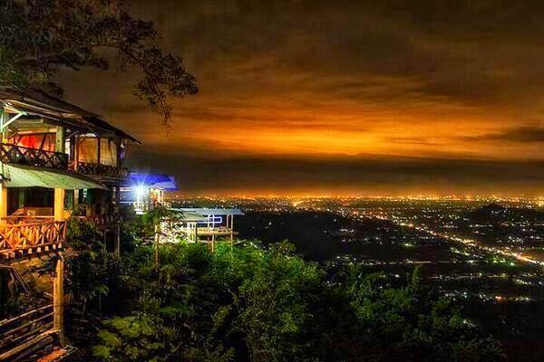 Pemandangan Malam Kota Yogyakarta dari Bukit Bintang