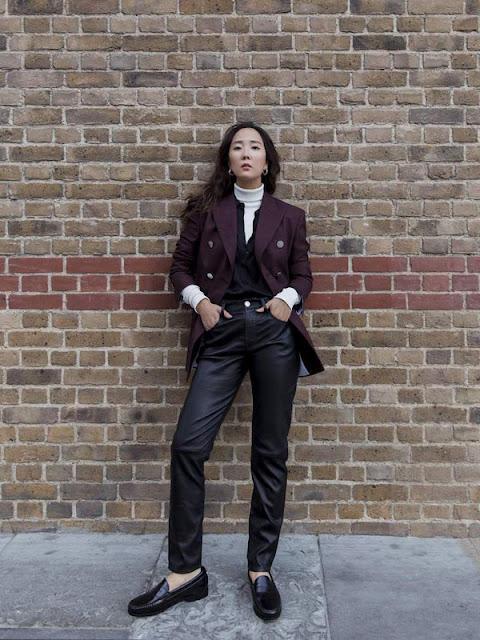 Кожаные брюки с бордовой рубашкой и белой водолазкой