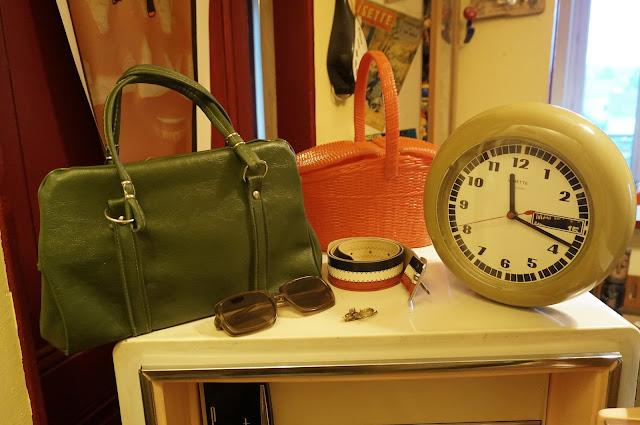 vedette horloge sac vinyl ceinture bleu blanc rouge panier peche plastique clock bag belt patriotic brooch sunglasses années 60 70 1960s 1970s 60s 70s