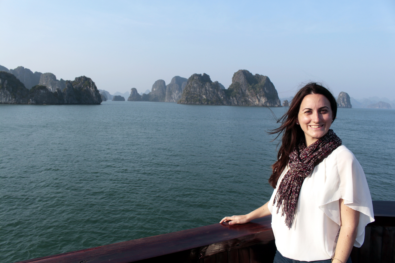 Lena con las islas de la Bahía de Halong de fondo