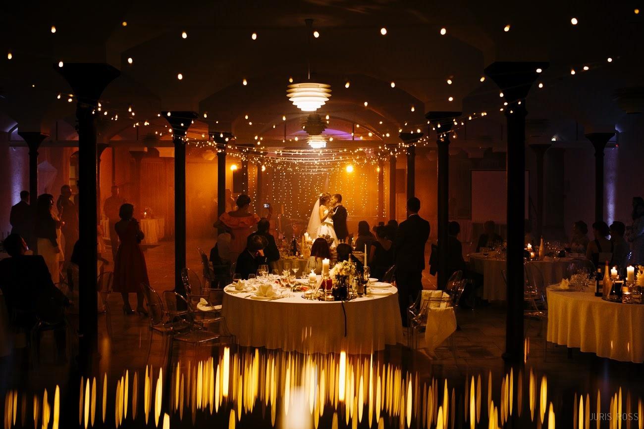 skaista kāzu deja svinību vietas dekorēšana