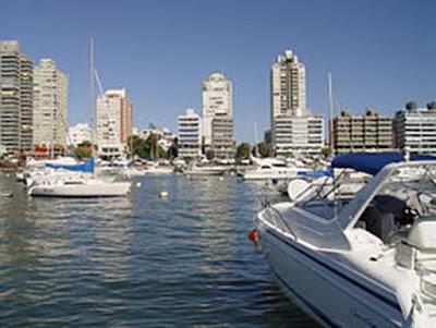 Sejarah Negara Republik Uruguay     Sebelum pemukiman Eropa , Uruguay dihuni oleh masyarakat adat , para Charruas . Juan Díaz de Solis , seorang Spanyol , mengunjungi Uruguay pada tahun 1516 , tetapi Portugis pertama yang menetap ketika mereka mendirikan kota Colonia del Sacramento tahun 1680 . Setelah perjuangan panjang , Spanyol merebut negara dari Portugal pada 1778 , saat hampir semua penduduk asli telah musnah. Uruguay memberontak melawan Spanyol pada tahun 1811 , hanya untuk ditaklukkan pada tahun 1817 oleh Portugis dari Brasil . Kemerdekaan menegaskan kembali dengan bantuan Argentina pada tahun 1825 , dan republik ini didirikan pada tahun 1828 .  Sebuah pemberontakan pada 1836 memicu hampir 50 tahun perselisihan faksi , termasuk perang saudara meyakinkan ( 1839-1851 ) dan perang dengan Paraguay ( 1865-1870 ) , disertai dengan sesekali intervensi bersenjata oleh Argentina dan Brasil . Uruguay, membuat sejahtera dengan daging dan ekspor wol , mendirikan sebuah negara kesejahteraan di awal abad ke-20 di bawah Presiden José Batlle y Ordóñez , yang memerintah 1903-1929 . Sebuah penurunan dimulai pada tahun 1950 sebagai pemerintah berturut-turut berjuang untuk mempertahankan birokrasi yang besar dan manfaat sosial mahal . Stagnasi dan kegiata