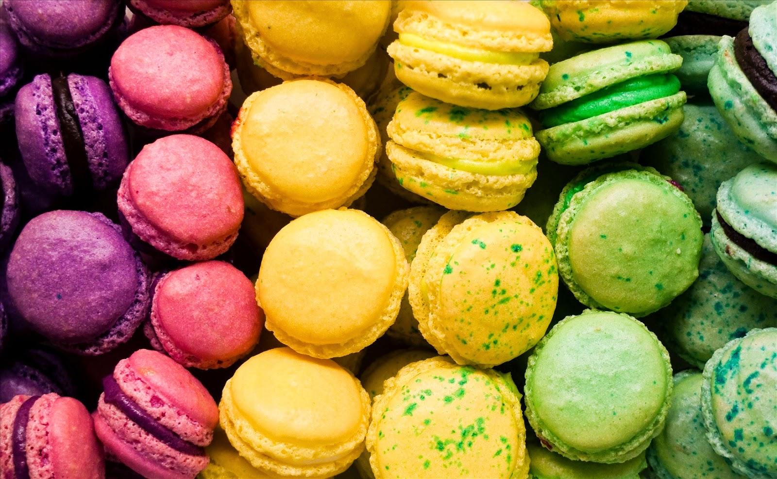Paris Black & White: Macarons: Seductive Little Biscuits
