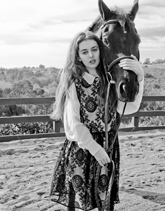 10. Photoshoot with a horse's head - stylish, fashionable, youthful