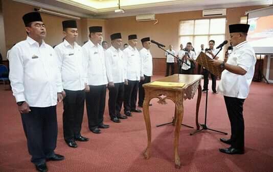 Plt. Bupati Lamsel, Nanang Ermanto Lantik Pejabat Struktural Pemkab Lamsel.