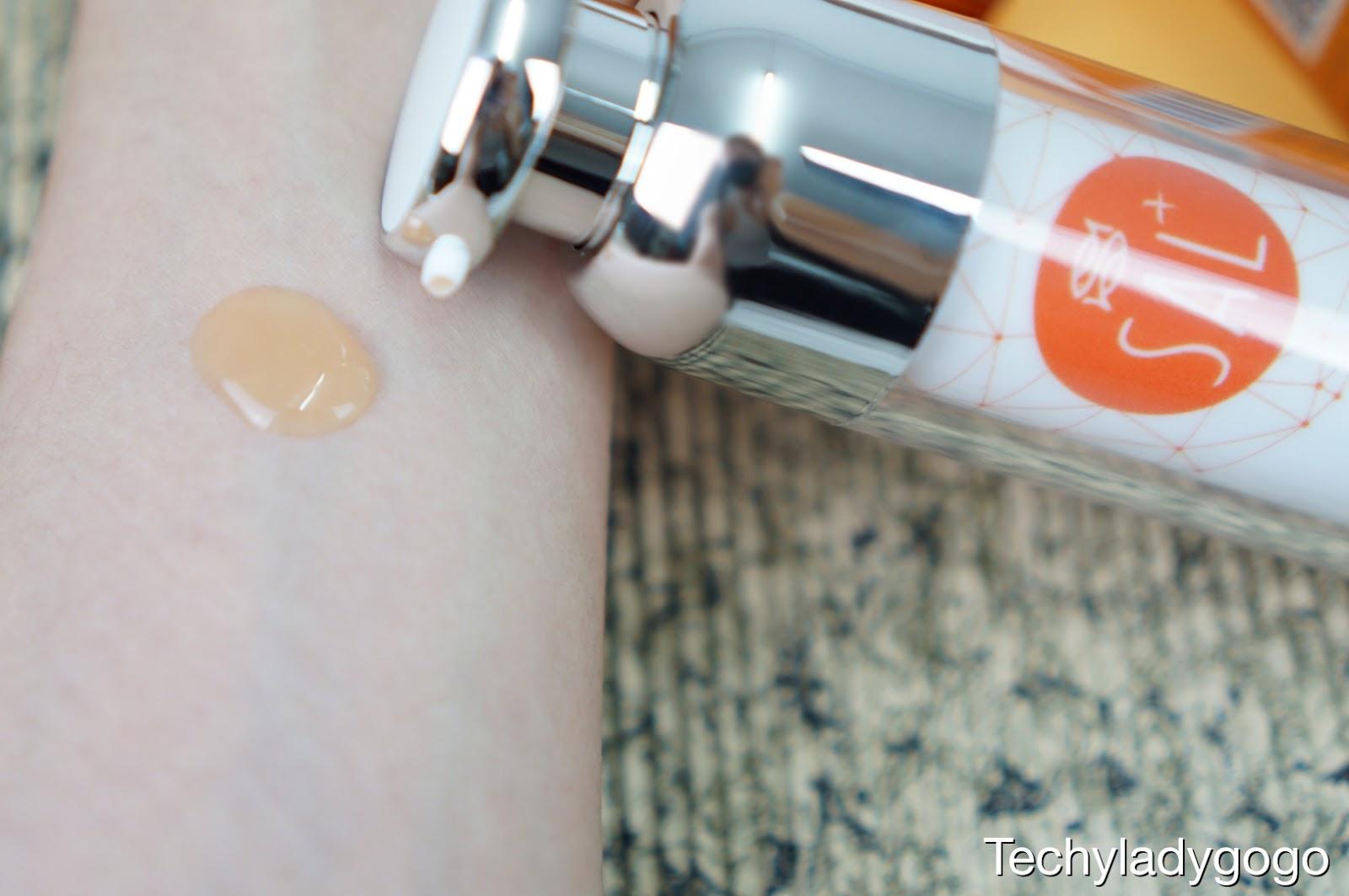 นื้อเซรั่ม SAL+ FACIAL SERUM  บางเบาสีส้มใส ๆ ค่ะ เกลี่ยง่าย ซึมสู่ผิวได้เร็ว พอเซรั่มแห้งจะทำให้ผิวรู้สึกตึง แลดูกระชับขึ้นในทันที โดยไม่ทิ้งความมันหรือเหนียวไว้เลย แต่เห็นบางเบาแบบนี้ส่วนผสมเขาจัดเต็มนะคะ