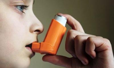 Menggunakan inhaler steroid