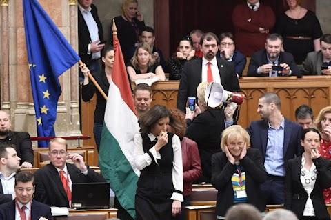Nyugati demokráciákban nem fordul elő olyan jelenet, mint a magyar parlamentben