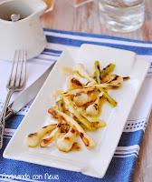 Ajetes con vinagreta de mostaza a la antigua y pétalos de parmesano