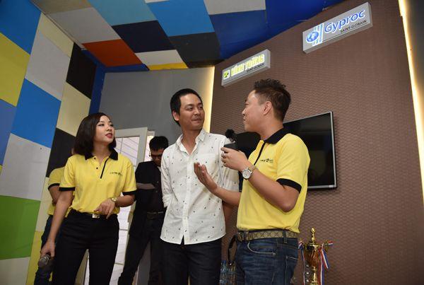 Phan Anh tới Triển lãm Quốc tế Vietbuild để tìm hiểu về các công nghệ vật liệu mới.