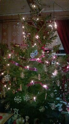 vanhoilla koristeilla koristeltu joulukuusi