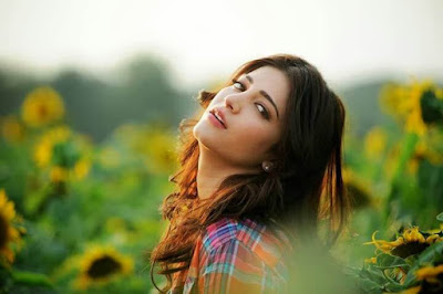 High Resolution Wallpaper Of Shruti Haasan. Shruti Haasan And Sunflower.