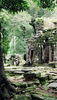 Этот комплекс до конца не изучен, на местности продолжаются археологические раскопки. Многие руины такие как пирамидальный комплекс у подножья горы скрыт джунглями и засыпан грунтом.