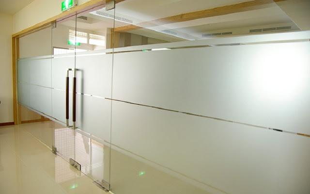 Giấy dán kính mờ thường được sử dụng chủ yếu trong dán kính văn phòng
