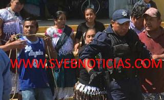 Gente de Ixhuatlancillo Veracruz amarran a poste a policias; amenazan con quemarlos