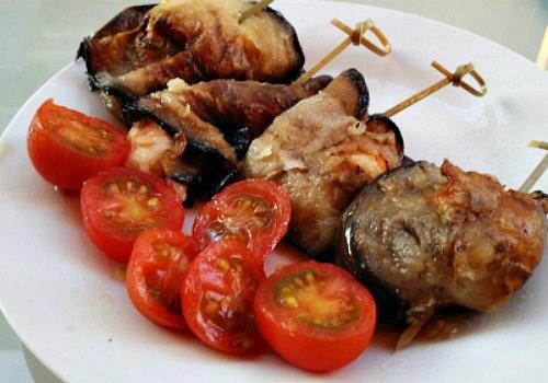Un entrante de berenjena frita con langostino cocido. Una tapa