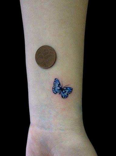 Pequena Borboleta Azul no Pulso da Tatuagem