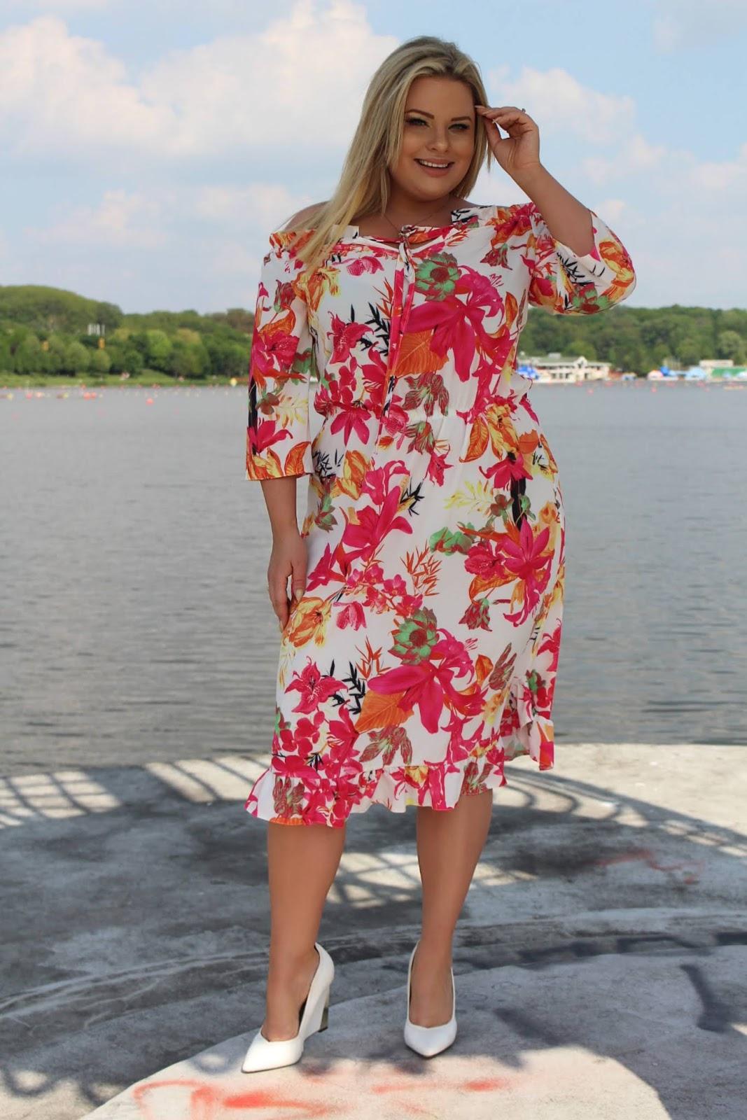 0007a5c05e Druga kreacja to delikatna sukienka z gipury w kolorze czystej bieli.  Idealna dla mamy której pociecha przystępuje do Komuni Świętej.