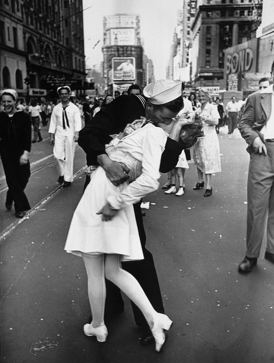 60 + 1 Heart-Warming Historical Pictures That Illustrate Love During War - A Sailor Kissing A Nurse In New York's Times Square. This Iconic Photo Symbolizes The End Of World War II, 1945