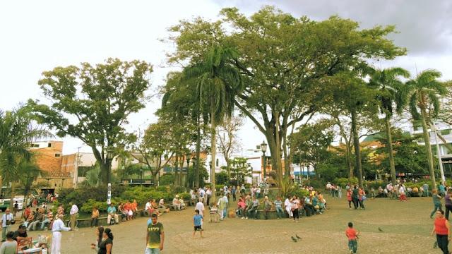 parque principal de bello donde se reúne la gente a conversar en las tardes