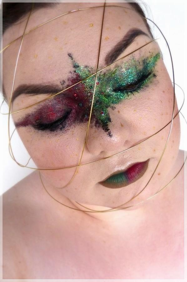 kreatives makeup mit goldenem Draht