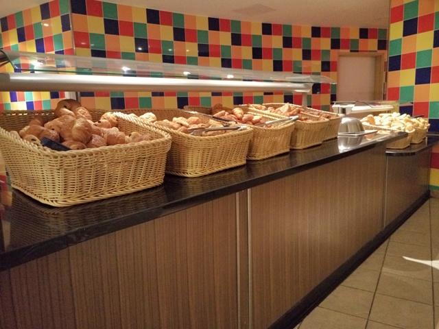 Buffet del desayuno en el hotel Explorers
