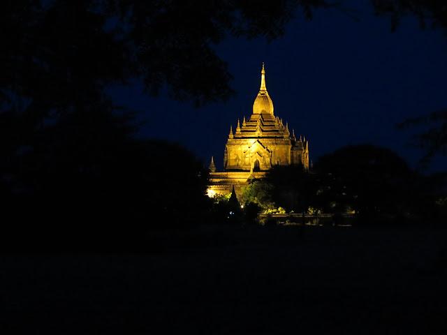 Templos de Bagán en la Noche