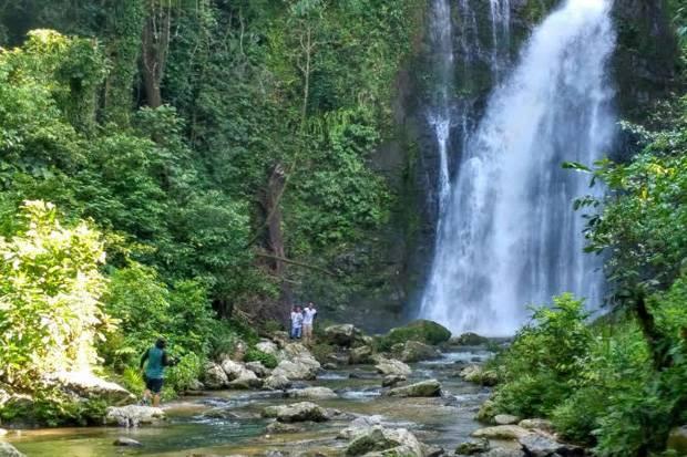 Wisata air terjun Sarasah Siguntur di Padang.