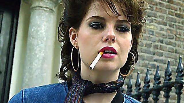 Raphina (Lucy Boynton) dans Sing Street, de John Carney (2016)