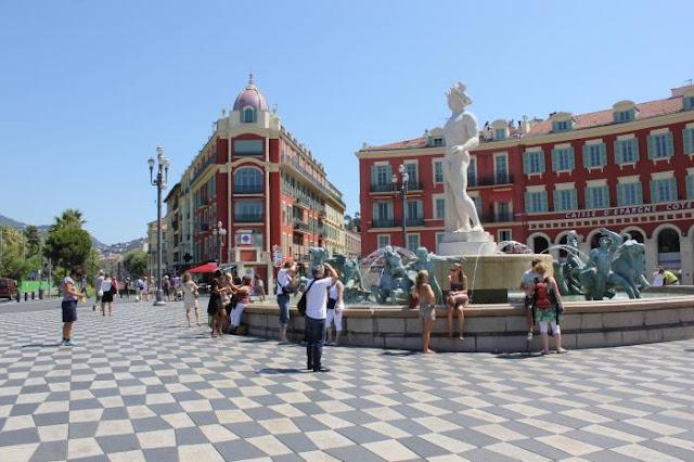 Passeio na Place Massena de Nice