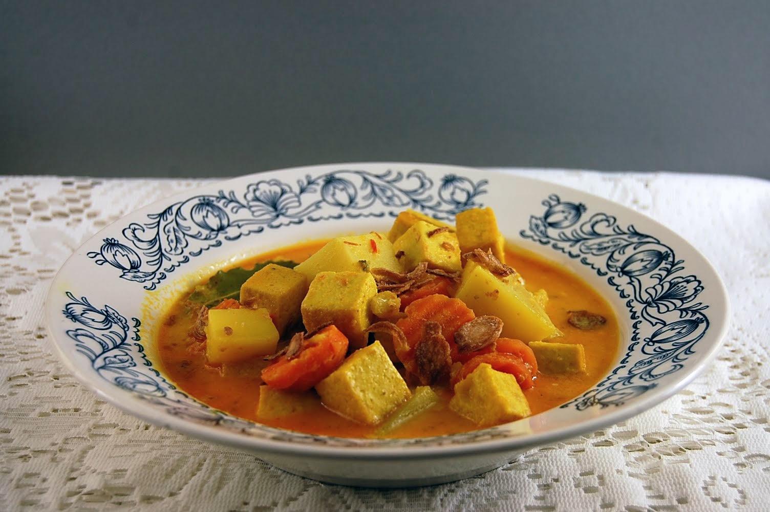 Tofu, Kartoffeln und Karotten mit Sambal Oelek. Indonesisch Rezept.