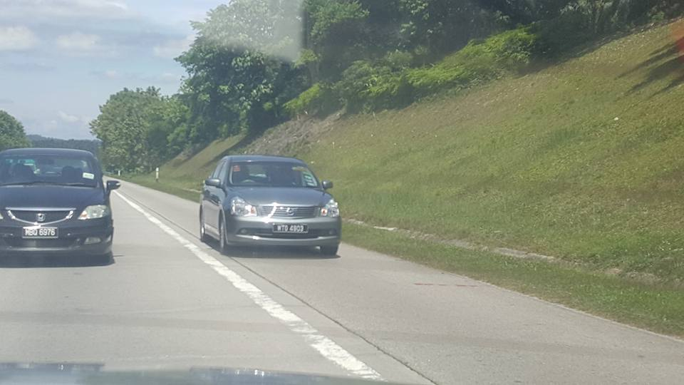 Gambar kereta memotong dari laluan kecemasan