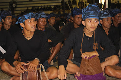 The difference between the traditional clothes of the Inner Baduy and Outer Baduy
