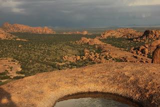 Очень сильная энергетика Намибийских сфер.  Меняет генный код. Силовое магнитное влияние на кристаллические структуры.   Геоглифы и места силы Намибии, потрясающее открытие.  Таинственные геоглифы в Намибии часть первая Круги в скалах  Как ясно из названия, в видео будет показана первая часть из трёх о неизученных геоглифах в Намибии, в самом сердце Южной части Африканского континента. Местность со скальными породами у поверхности, на вершине скал есть вырезанные или выплавленные неизвестным методом древние круглые выемки. Почти идеально круглые, до 5 метров в диаметре и до метра в глубину. Очень красивая местность и красочный пейзаж, можно увидеть крупные стоячие, балансирующие валуны размером с двухэтажный дом и весом около тысяча тонн. Эти камни округлённой формы без сомнения имеют природное происхождение. Но есть и некие загадочные следы обработки камня, которые не встречаются на других подобных скальных массивах в Намибии. Судя по всем внешним признакам им тысячи лет, древние люди, жившие в этом красотой наполненном месте, ощущали особую энергетику камней и сделали его культовым. В окрестностях можно найти множество красивых наскальных рисунков в небольших пещерах. Круглые каменные углубления наверняка не могли быть сделаны человеком и объяснить их природными процессами трудно, тем более, что более они нигде не повторяются. Это как петроглифы на камнях в Европе только в большем масштабе, вместо сложных символов, простые круги.