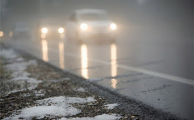 Nevoeiros, carros na pista.