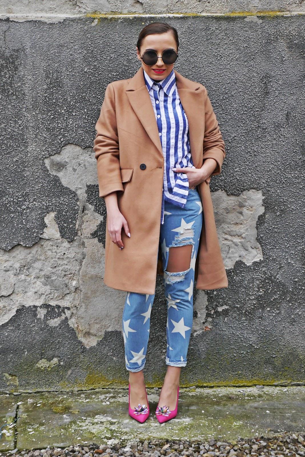 4_pink_heels_renee_baige_coat_stars_jeans_stripes_shirt_karyn_blog_modowy_040218