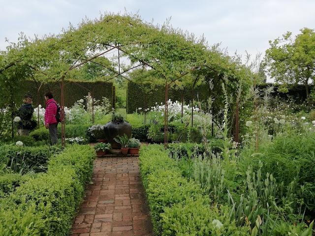White Garden, biały ogród, altana ogrodowa