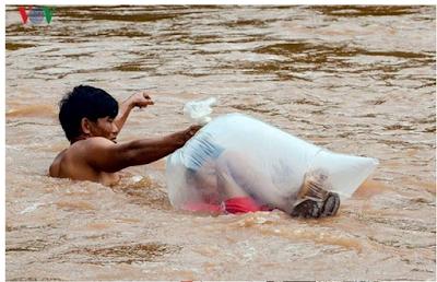 gambar anak di masukkan ke plastik