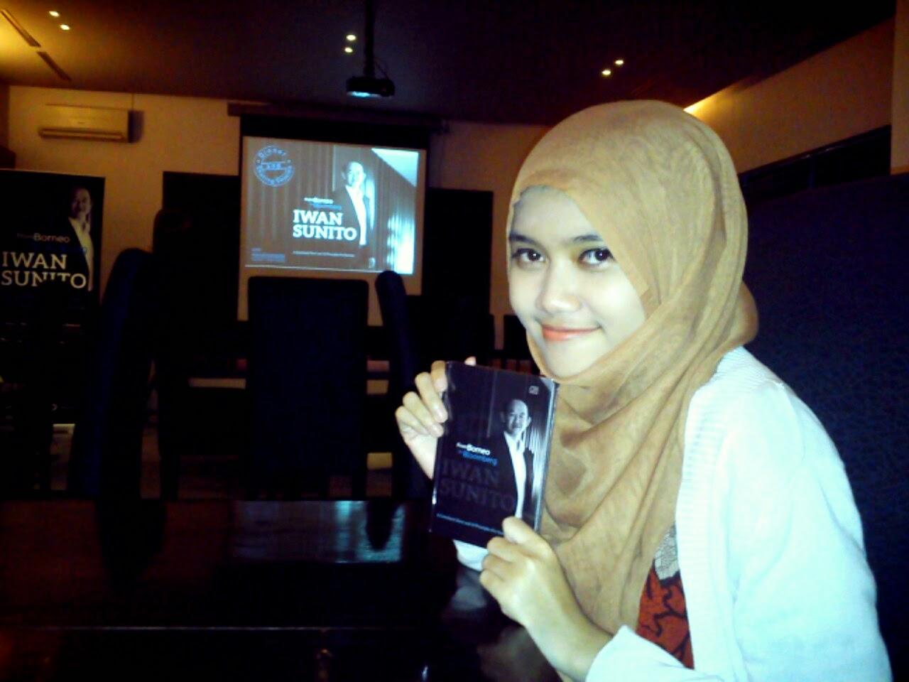 """Buku """"From Borneo to Bloomberg"""" karya Iwan Sunito"""