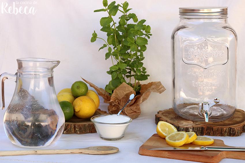 jarra de agua con rodajas de limon