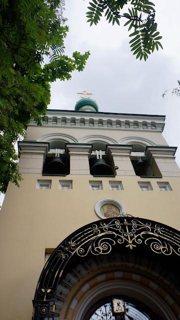 Вид на колокольню с территории дворика храма