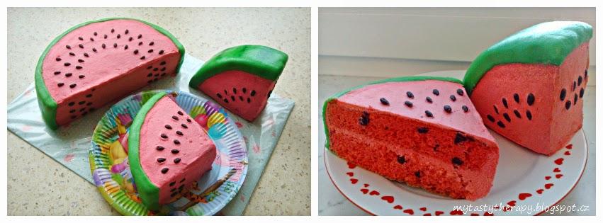 krémový dort ve tvaru rozkrojeného melounu zdobený marcipánem a slunečnicovými semínky v čokoládě, na řezu červený se kousky čokolády