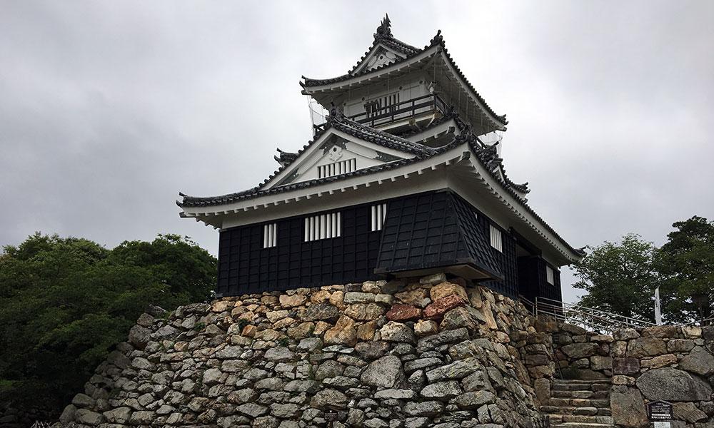 浜松城天守台石垣上に建てられた復興天守閣(2016年6月29日撮影)