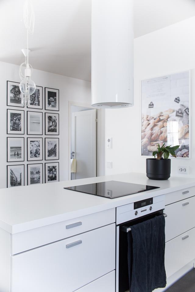 Villa H, keittiön sisustus, valokuvataulu, banaanipuu, mustavalkoinen keittiö,