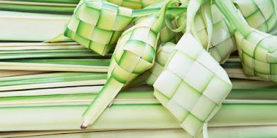 Sejarah Ketupat dan Kue Lebaran   Filosofi dan Makna Ketupat Ketupat atau kupat merupakan makanan pengganti nasi yang terbuat dari beras. Beras tersebut dibungkus dalam anyaman daun kelapa muda yang biasa disebut dengan janur dan menggunakan keterampilan tertentu. Meskipun pengganti nasi, ketupat bukanlah makanan utama yang dapat disajikan seperti nasi. Dalam pembuatan kulit ketupat diperlukan seni, kesabaran, dan keahlian khusus, agar dapat selesai dengan cepat dan hasil yang baik. Begitu pula untuk menjaga kepadatan dan dapat bertahan lama, ketupat perlu dimasak dengan penuh perhatian dan teknik yang baik dalam pembuatannya. Ketupat memiliki berbagai makna dan filosofi, hal ini sesuai dengan makna-makna yang diajarkan oleh Sunan Kalijaga. Dalam bahasa Jawa ketupat disebut juga dengan kupat, kependekan dari ngaku lepat yaitu mengaku salah. Hal ini sejalan dengan budaya lebaran yang merupakan momen untuk saling bermaaf-maafan dan mengakui kesalahan dengan niat tulus, sehingga silaturahmi dapat terus dilaksanakan dengan baik. Dilihat dari rupa anyaman kulitnya yang rumit dan saling tumpang tindih, ketupat melambangkan perjalanan manusia yang akan selalu diselingi kerumitan dan masalah, sehingga memungkinkan di dalamnya terjadi kesalahan-kesalahan yang terlihat ataupun tidak, disadari ataupun tidak. Selain itu, tali yang tidak terputus dan bereratan satu sama