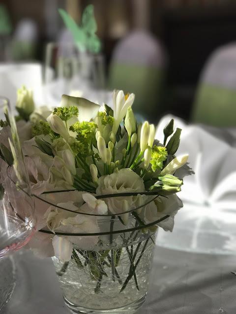 Tischblumen, Dekoration, Sommerhochzeit in den Bergen von Garmisch-Partenkirchen, Riessersee Hotel ihr Hochzeitshotel in Bayern, Apfelgrün und Weiß, Hochzeitsplanerin Uschi Glas