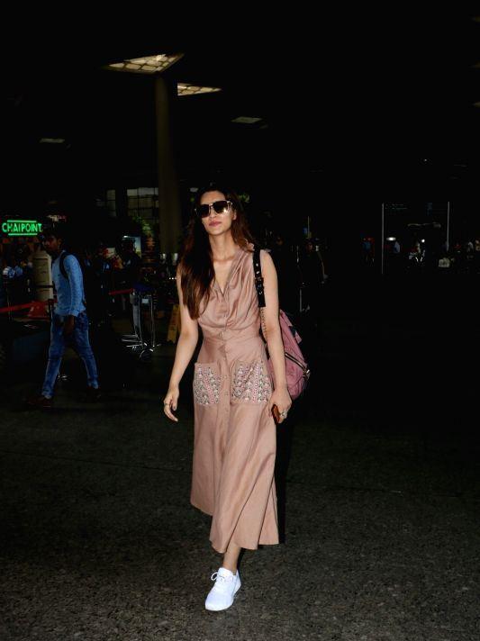 Indian Beautiful Actress Kriti Sanon Stills Without Makeup Face ❤