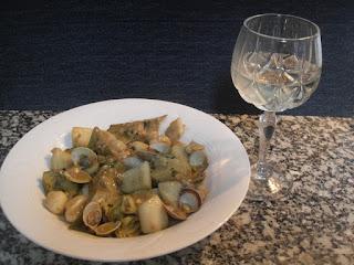 Guiso de sepia guisada con alcachofas y almejas