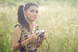 foto cewe igo gigi ginsul cantik pegang kamera analog